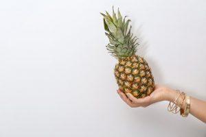 Prélevez et préparez le plumet de l'ananas