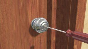 Utilisez un tournevis pour ouvrir une vieille serrure d'une porte d'intérieur