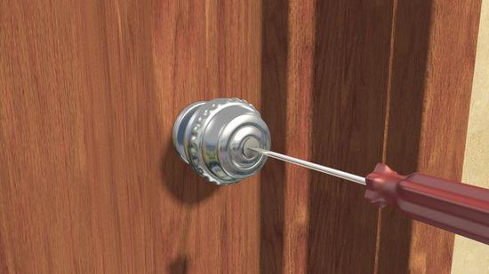 Utilisez un tournevis pour ouvrir une porte d'entrée sans clé