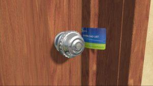 Utilisez une carte bancaire pour ouvrir une porte d'entrée sans clé