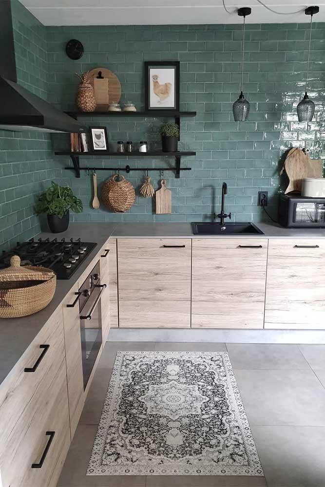 Cuisine avec armoires en bois et dosseret turquoise