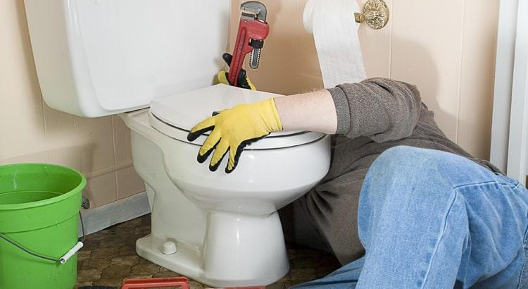 Comment réparer une toilette ou une citerne qui fuit