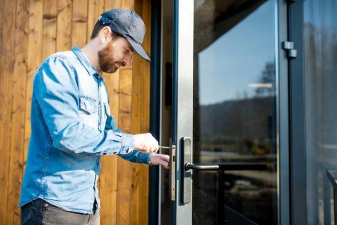 Combien coûte un serrurier pour déverrouiller une porte de maison ?